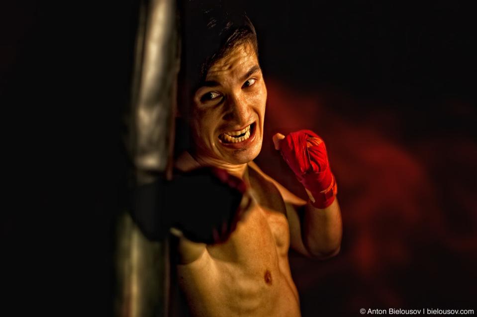 Слава Пак тренерует боксерские навыки с грушей