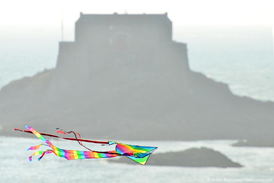 Воздушный змей на фоне форта Saint-Malo