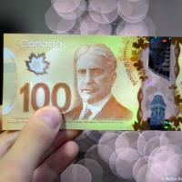 Новые пластиковые деньги в Канаде