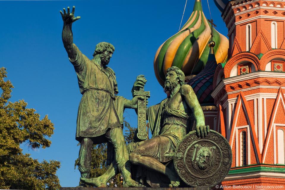 Памятник Минину и Пожарскому перед Собором Василия Блаженного на Красной площади.