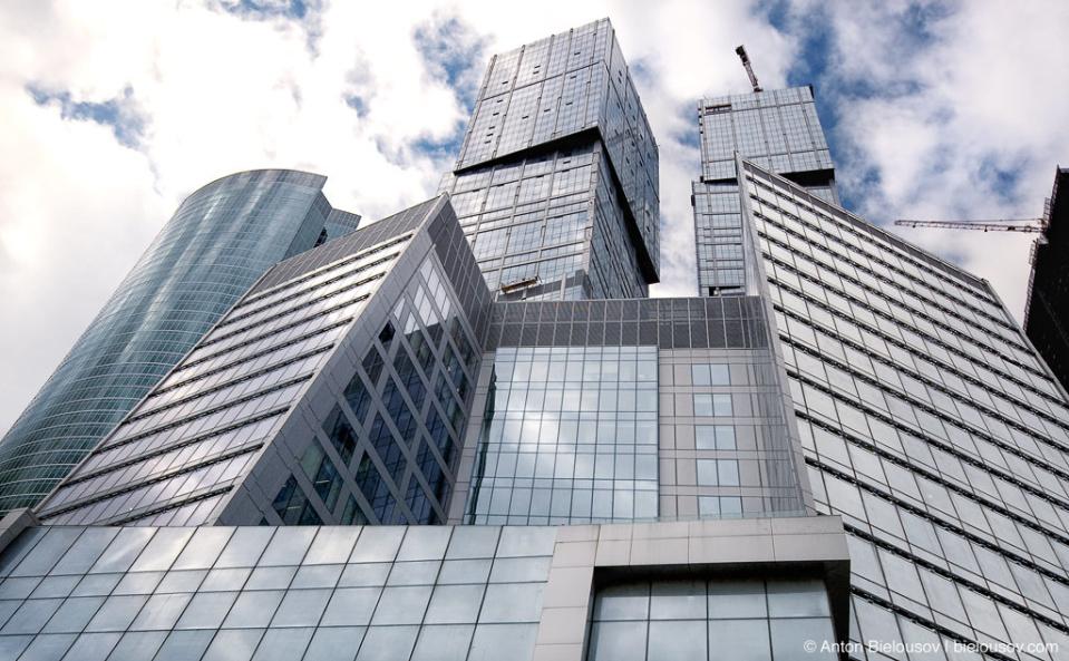 Москва-Сити. Комплекс «Город Столиц» похож на нагромождение детских кубиков. Башня «Москва» (73-этажная, 294 м) — высочайшее здание в Европе.