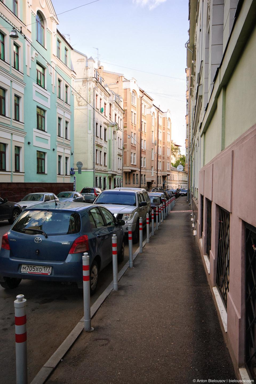 Парковочные столбики на тротуарах Москвы