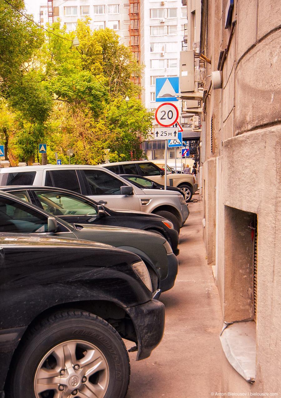 Автомобили паркуются на тротуарах в Москве
