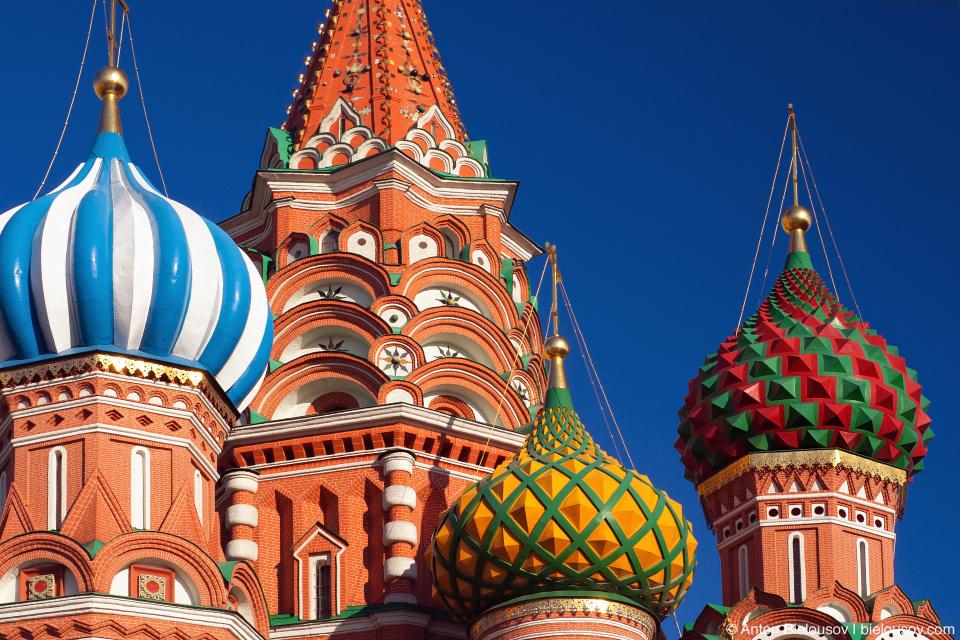 Купола собора Василия Блаженного в Москве с растяжками