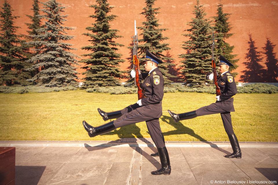 Смена почетного караула у Могилы Неизвестного Солдата в Александровском саду в Москве