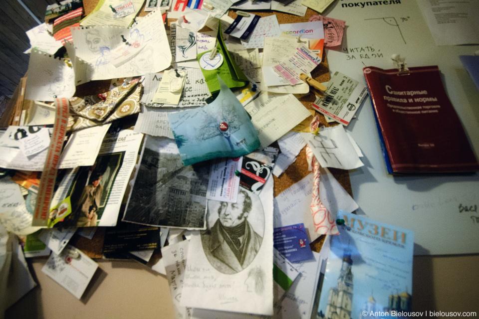 Бумажки, оставленные посетителями в кафе студии Лебедева в Москве