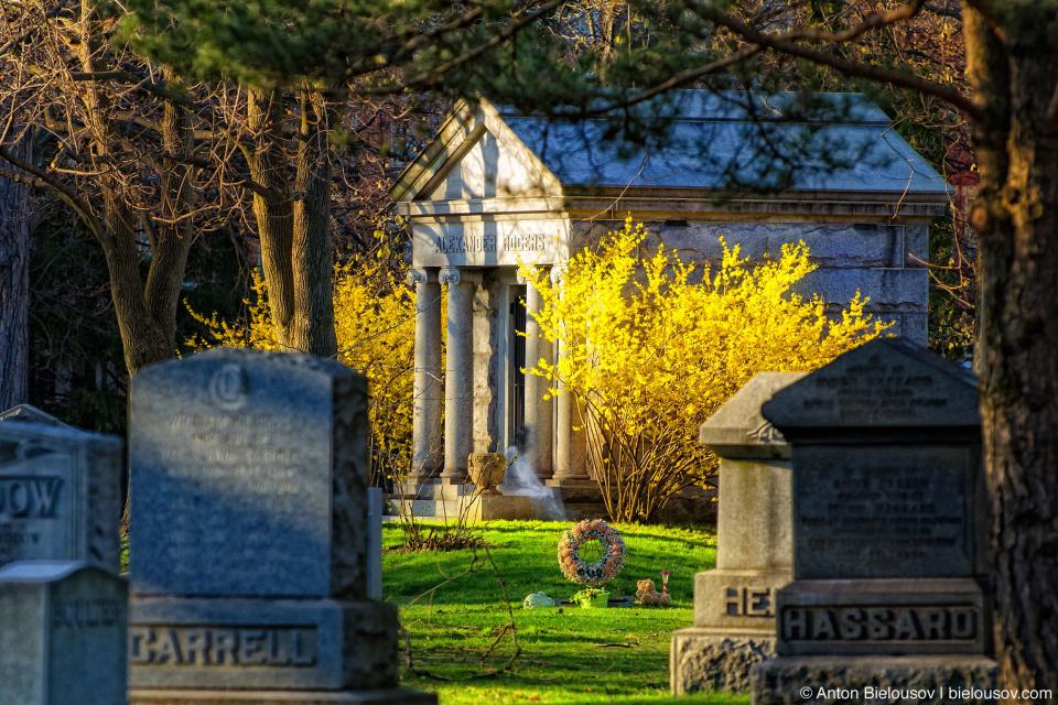 Склеп и призрак на кладбище Mount Pleasant в Торонто