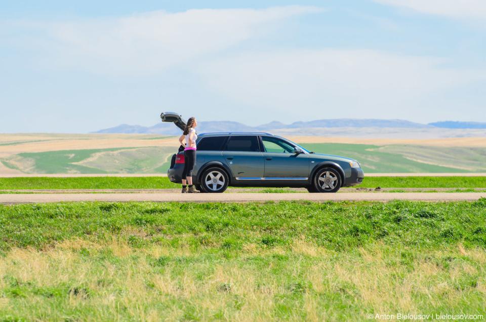 Инукшусик (Audi A6 Allroad Quattro) на границе Саскачевана и Альберты