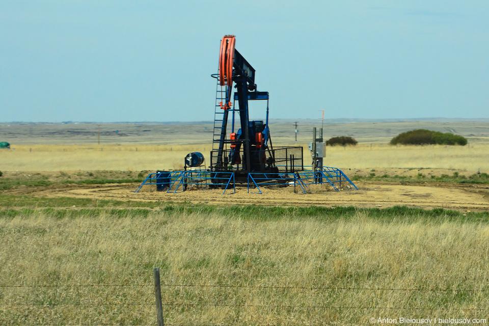 Альберта: Скучный пейзаж и одни нефтяные вышки всю дорогу.