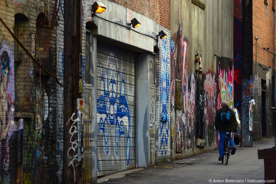 Одна из типичный ванкуверских подворотен или как их красиво называют, «back alley».