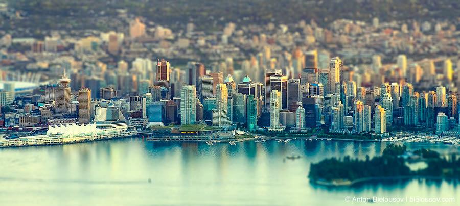 Даунтаун Ванкувера лежит как игрушечный с вершины Grouse Mountain