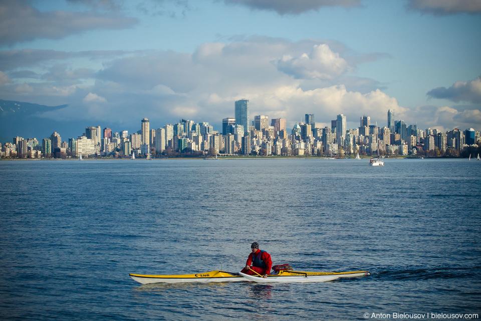 Вид на даунтаун Ванкувера из пляжа Jericho Beach сквозь губа English Bay