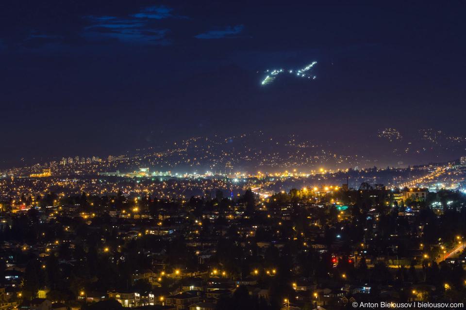 Созвездие лыжной трассы на горе Grouse Mountain над ночным Ванкувером