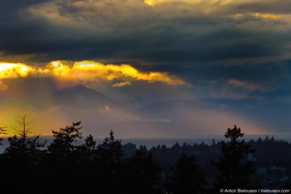 Вечером на горизонте проявляются не видимые днем горы острова Vancouver Island