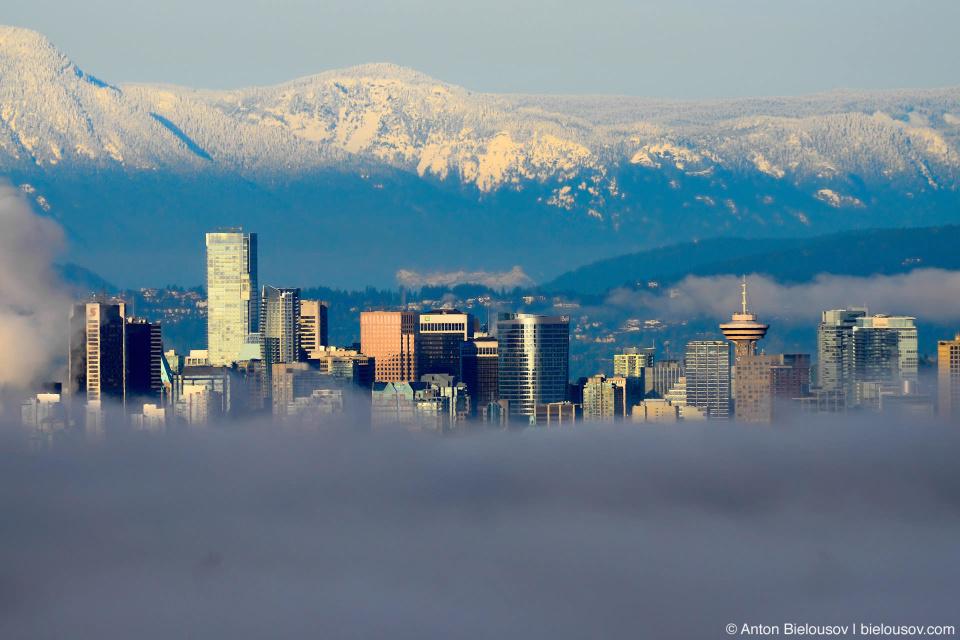 горы и даунтаун Ванкувера над утренним туманом
