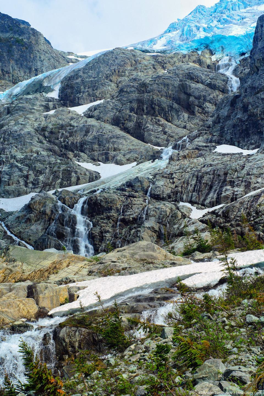 Matier Glacier stream (Joffre Lakes Provincial Park. Canada, BC)