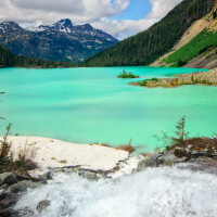Upper Joffre Lake с ледниковой водой яркого бирюзового цвета