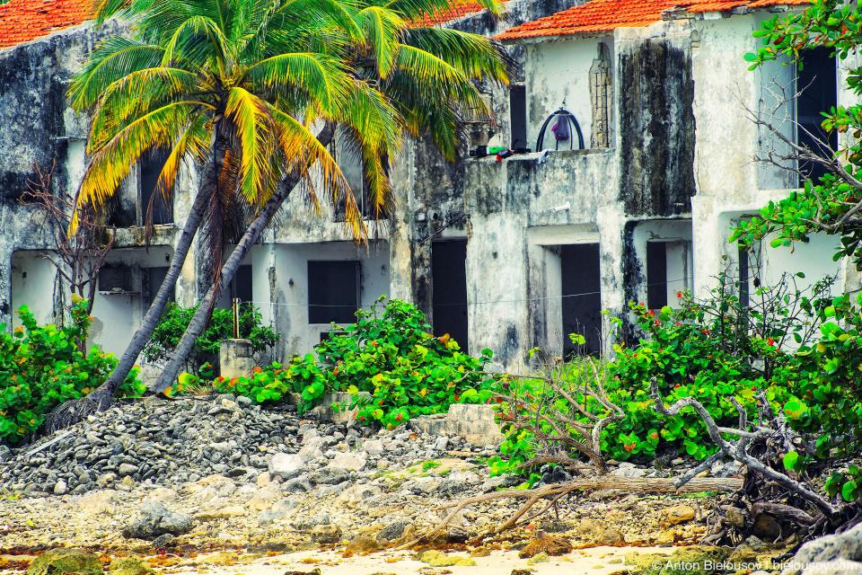 Развалины отелья возле резорта Grand Bahia Principe