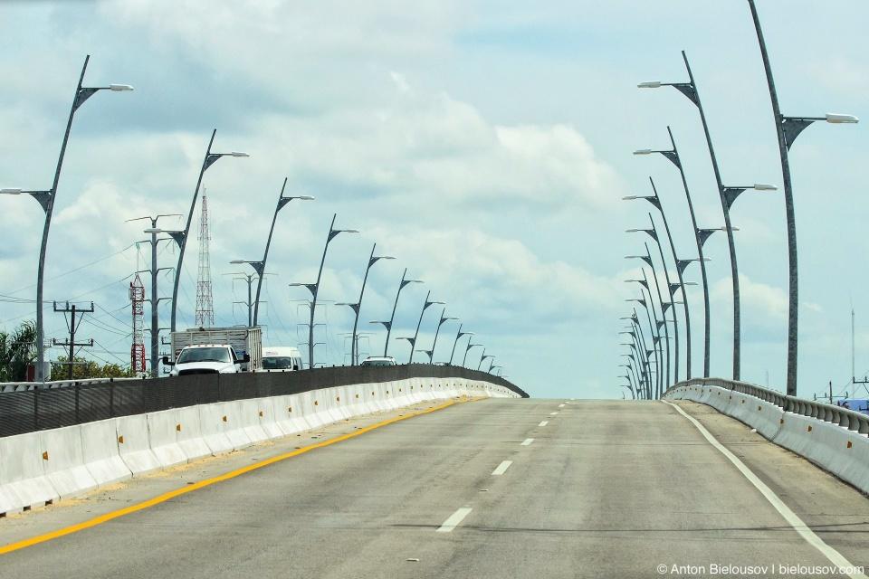 Шоссе на полуострове Юкатан в Мексике