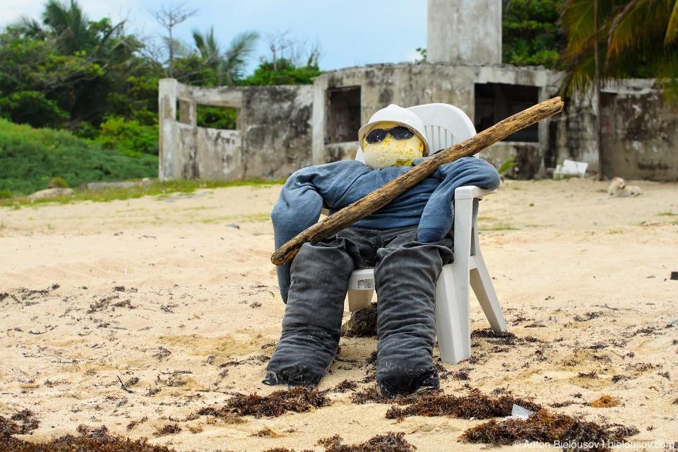 Чучело охранника на пляже — не понятно, то ли от пеликанов, а то ли от туристов с соседнего резорта