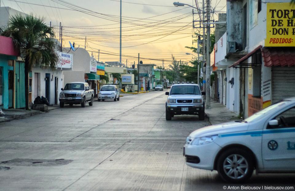 Улицы маленьких городов мощены бетоном — как тротуары в Севернй Америке