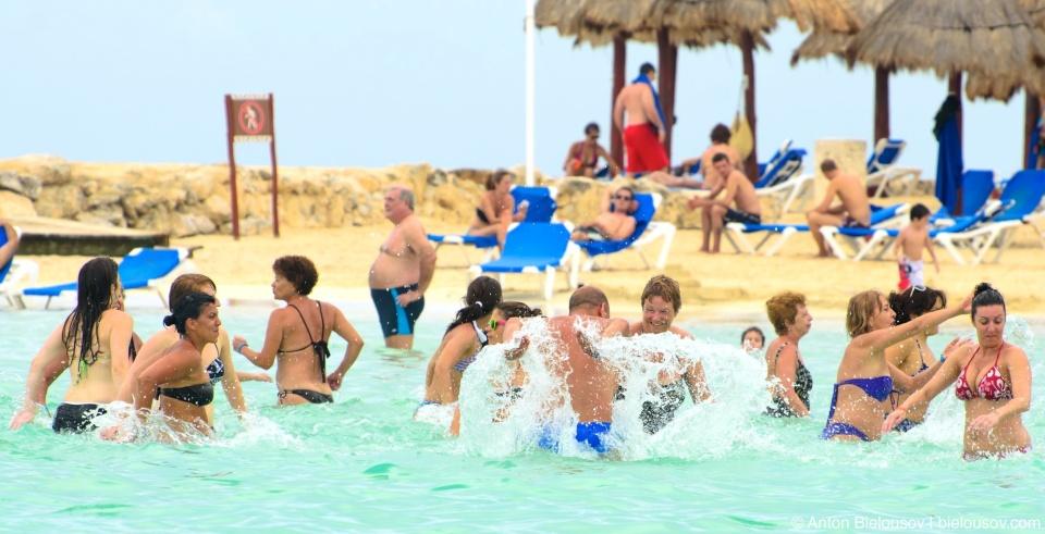 Массовое умопомешательство на пляже в пятизвездочной гостинице в Мексике