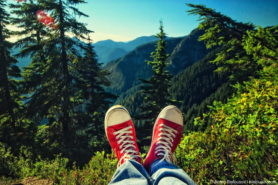 Красные кеды Crocs на вершине горы Dam Mountain (Vancouver, BC)