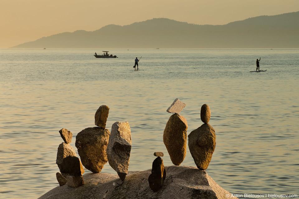 Rock balancing installation at English Bay (Vancouver, Canada)