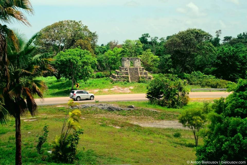 Пирамида майя возле шоссе