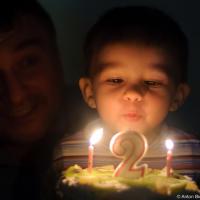 Антоша задувает свечи на именинном торте на 2 годика (Харьков, 2008)