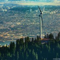 Вид на ветряную электростанцию The Eye of the Wind и Burnaby, BC с вершины горы Goat Mountain