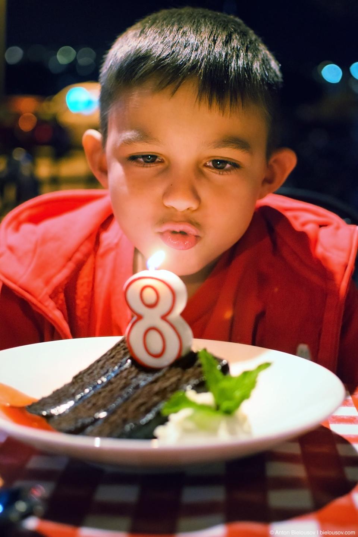 Торт на 8 лет — в ресторане после визита в Леголенд (Карлсбад, Калифорния, 2014)
