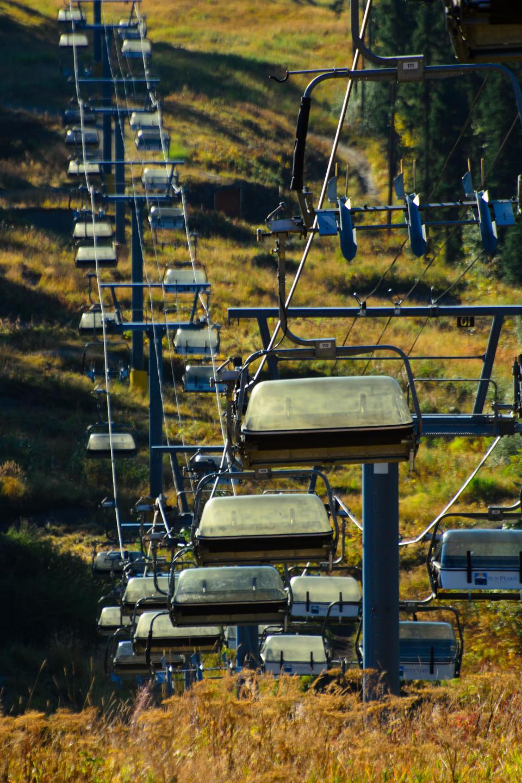 Подъемники на лыжном спуске в Sun Peaks