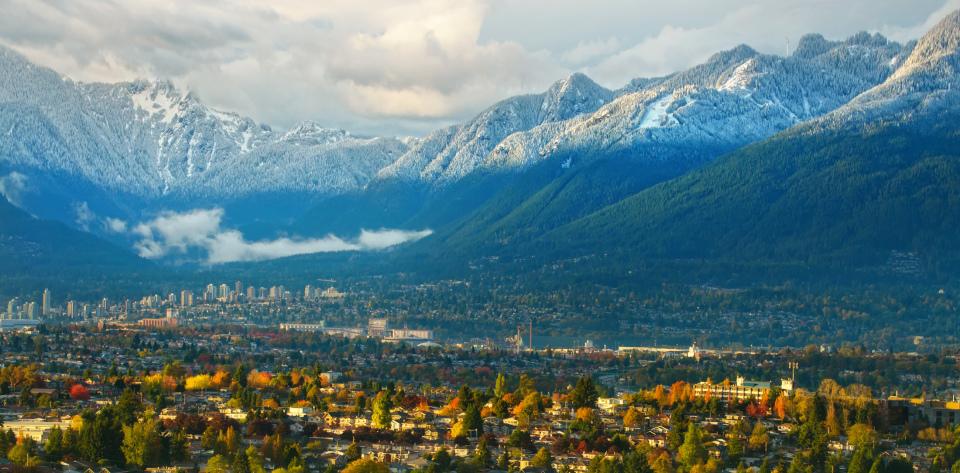 Панорама Северного Ванкувера с видом на горы Grouse и Lion Mountain с первым снегом