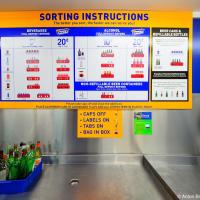 Инструкция по сортировке и по совместительству тариф. Предельно ясно: крышки снять, наклейки оставить, все пакеты — в лоток. 5—10 центов до литра, 20 центов за тару свыше литра.