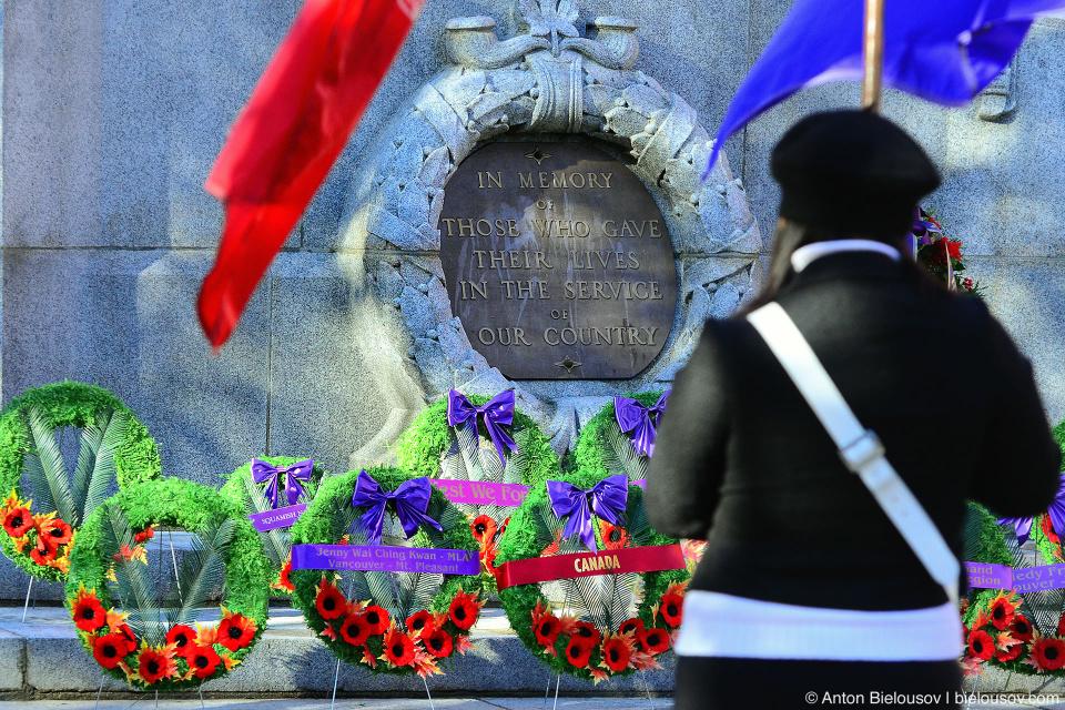 Служба перед мемориалом на День Памяти в Ванкувере