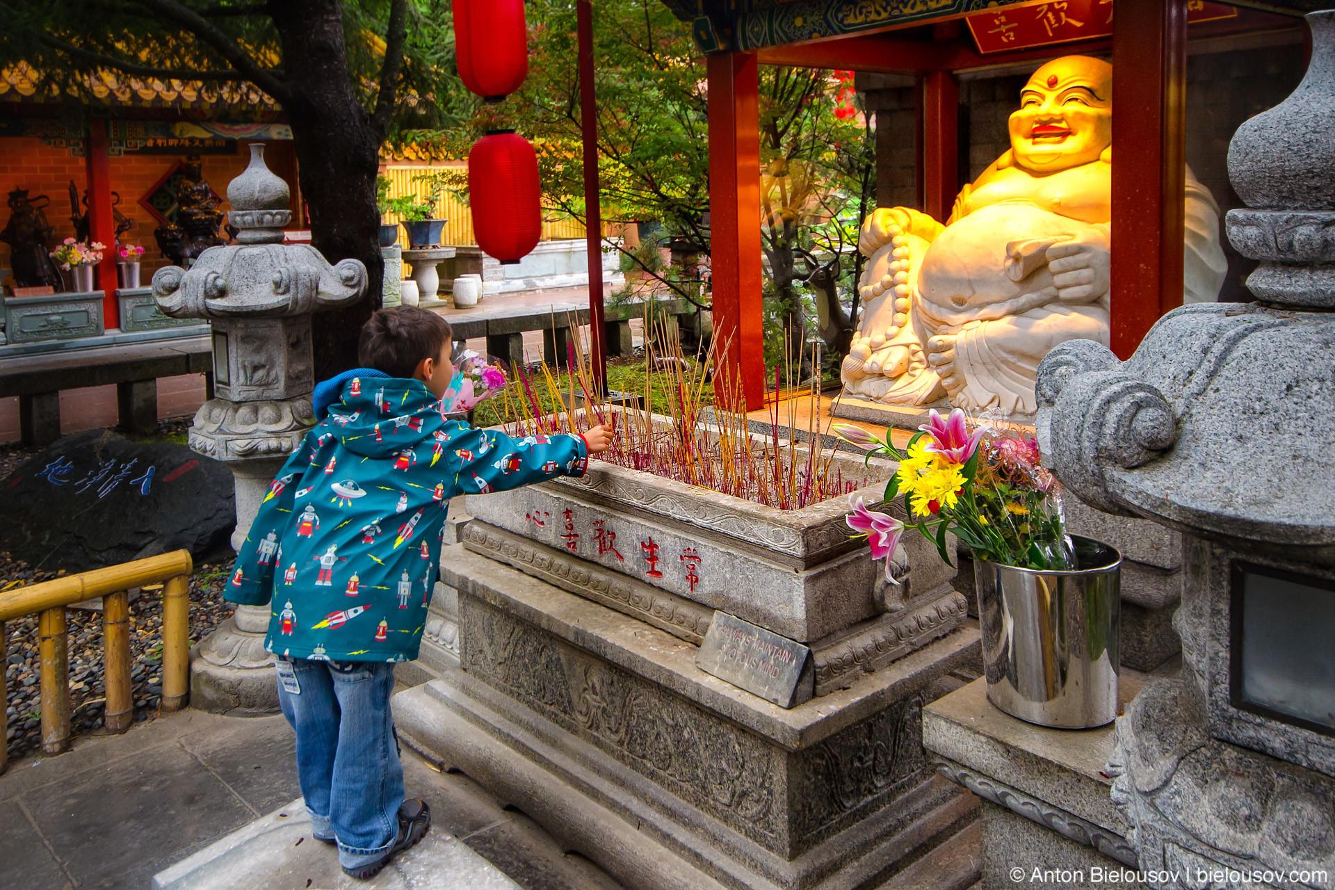 Поставили свечку на праздник — ну и что, что в будистском храме?