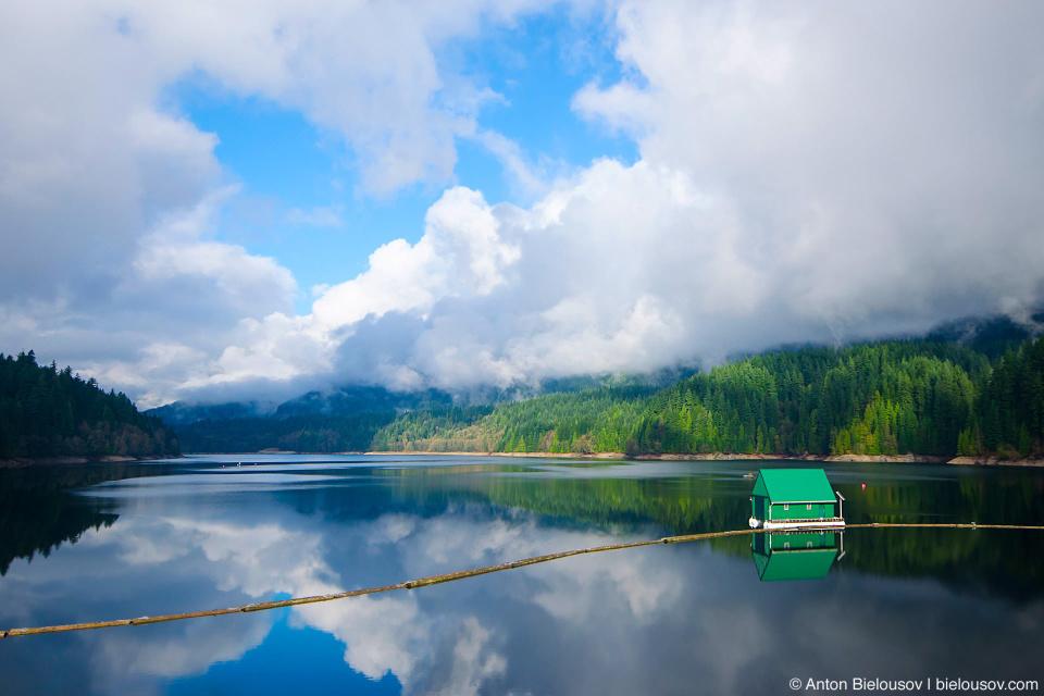 Озеро Capilano Lake поздней осенью