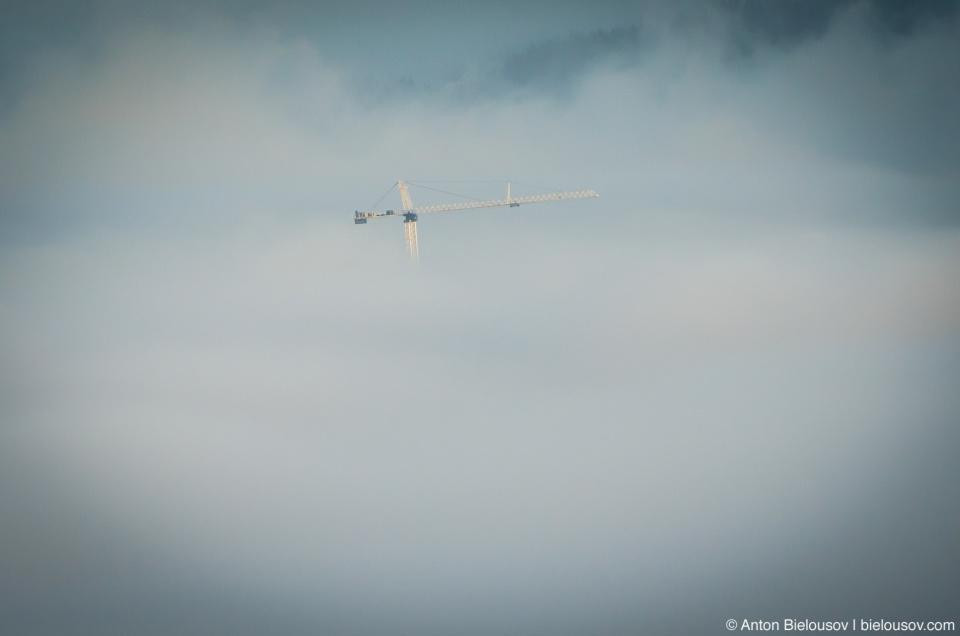 Кран, торчащий из низкого утреннего тумана (Burnaby, BC)