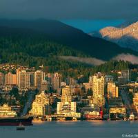 Закат осветил горы Северного Ванкувера. Вид с крыши офиса Mobify