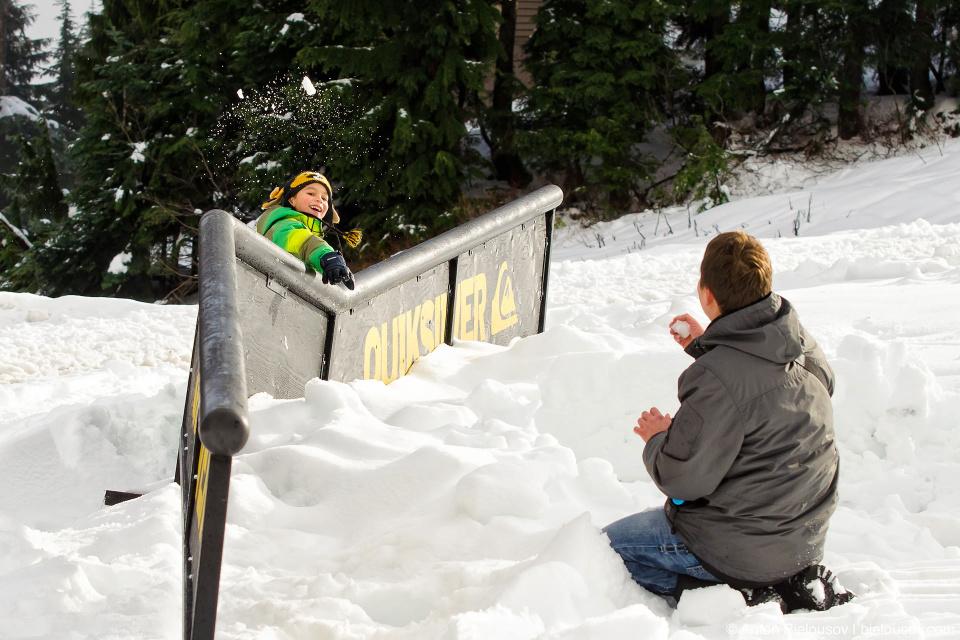 Играем в снежки на вершине Grouse Mountain