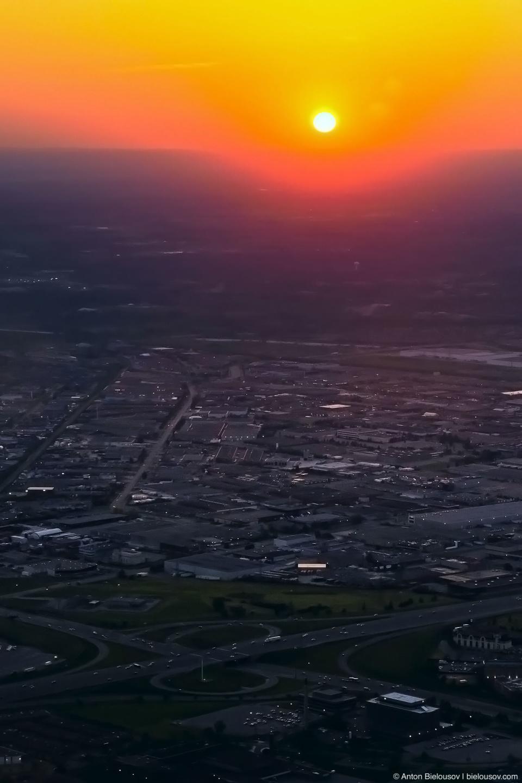 Фото с самолета: заход на посадку в Торонто на рассвете