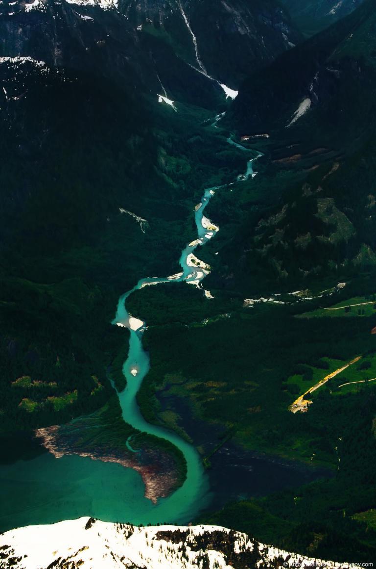 Фото с самолета долины горной реки в горах Британской Колумбии