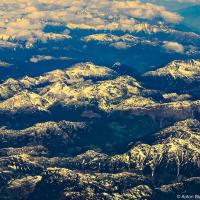 Снежные пики гор Британской Колумбии в июне из окна самолета