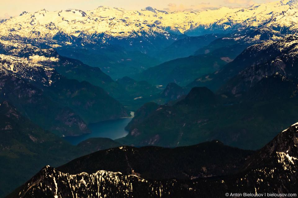 Фото с самолета гор Британской колумбии с горными озерами