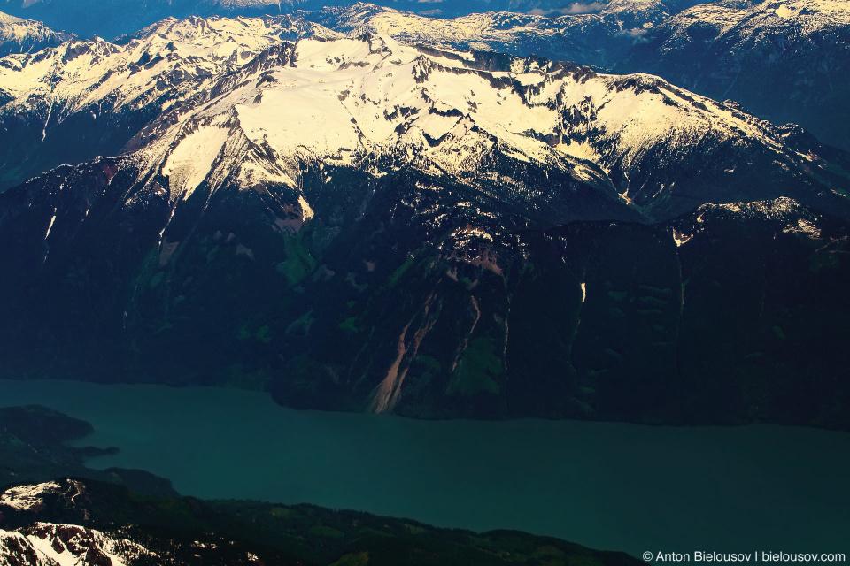 Фото с самолета: Горы Британской колумбии с горными озерами