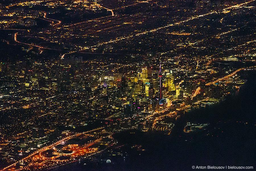 Ночной Торонто из окна самолета, пролетая над озером Онтарио ISO: 8000