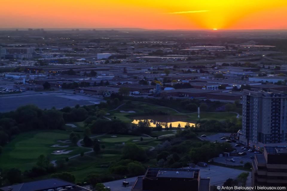 Посадка в Торонто на рассвете Снимок сделан ровно через 2 минуты после предыдущего – обратите внимание, как восходящее солнце закатилось обратно за горизонт по мере снижения.