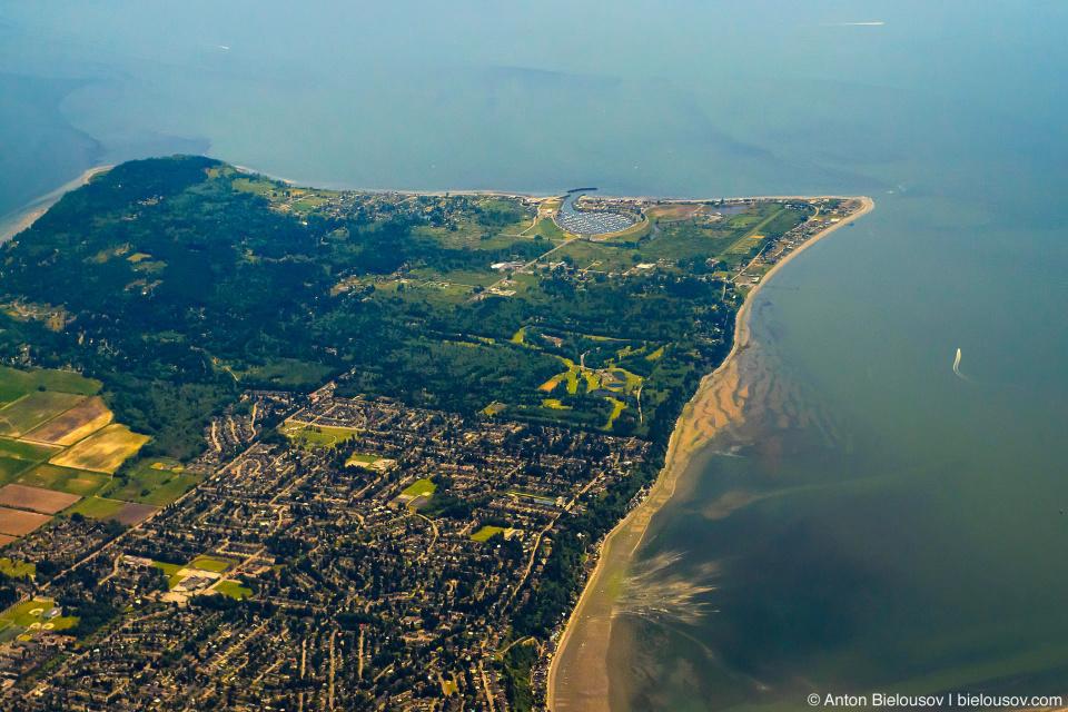 Аэрофото: Полуостров Tsawwassen в Ванкувере: граница с США проходит прямо по улице перед парком. Под самолетом — Канада.