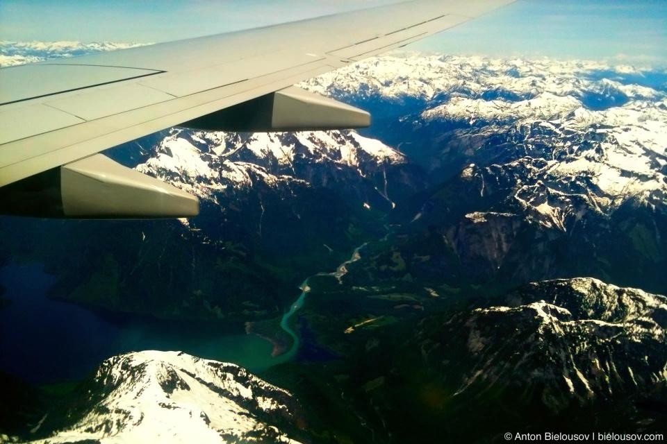 Долина горной реки в горах Британской Колумбии под крылом самолета